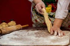 Женские руки делая тесто для пиццы тесто хлеба близкое составляя Стоковые Изображения