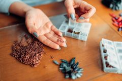 Женские руки держат меньшие кольца металла, needlework Стоковые Фотографии RF