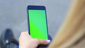 Женские руки держат мобильное устройство с зеленым экраном Ключ Chrome сток-видео