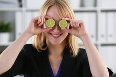 Женские руки держат плодоовощ отрезка на уровне глаз Стоковые Фотографии RF