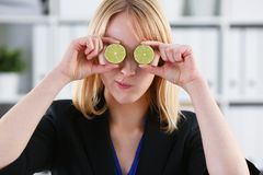 Женские руки держат плодоовощ отрезка на уровне глаз Стоковые Фото
