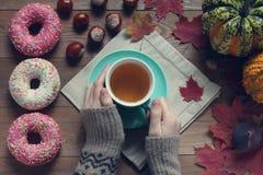 Женские руки держат чашку с зеленым чаем на деревянном столе Стоковое Изображение