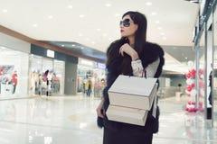 Женские руки держащ хозяйственные сумки стоковое фото