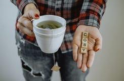 Женские руки держа горячую чашку чаю Уютное настроение стоковое изображение