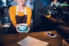 Женские руки держа кружку напитка Стоковое фото RF