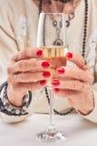 Женские руки держа стекло шампанского Стоковое фото RF