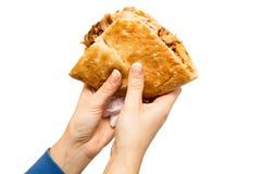 Женские руки держа турецкое kebab doner, изолированный объект на белой предпосылке Стоковые Фото