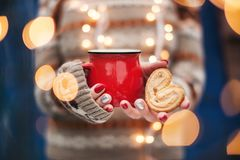 Женские руки держа чашку имеющееся Новый Год архива eps рождества карточки Стоковое Изображение