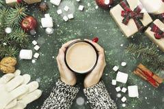 Женские руки держа чашку с горячим шоколадом и различным attribut Стоковые Фотографии RF