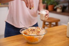 Женские руки добавляют соль в стеклянный шар с семенить цыпленком Постепенный рецепт домодельных сосисок стоковые изображения rf
