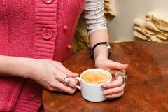 Женские руки держат чашку кофе Стоковое фото RF
