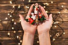 Женские руки держа винтажные деревянные игрушки рождества Стоковые Фото