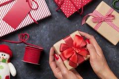 Женские руки держа подарок рождества Стоковая Фотография RF