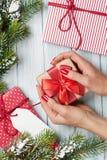 Женские руки держа подарок рождества Стоковые Изображения