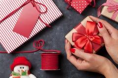 Женские руки держа подарок рождества Стоковая Фотография