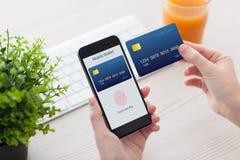 Женские руки держа телефон с отпечатком пальцев для онлайн покупок Стоковые Изображения RF