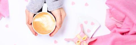 Женские руки держа чашку капучино Десерт подарка похожий с Стоковая Фотография RF