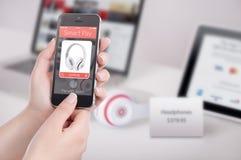 Женские руки держа черный умный телефон с умной оплатой app на стоковая фотография