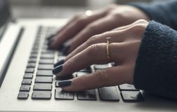 Женские руки женщины biusness на компьтер-книжке, стоковые фото