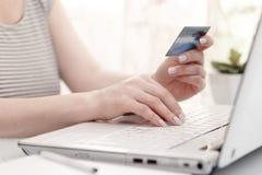 Женские руки используя кредитную карточку Стоковая Фотография
