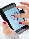 Женские руки используя ее smartphone дома Стоковое Изображение