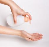 Женские руки используя мытье вручают распределитель насоса геля дезинфицирующего средства стоковые фотографии rf