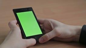 Женские руки используя сотовый телефон, зеленый экран акции видеоматериалы
