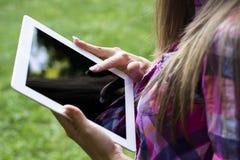 Женские руки используя цифровой ПК таблетки стоковая фотография