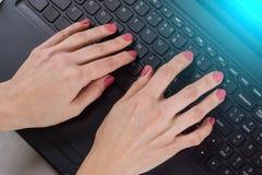 Женские руки на клавиатуре компьютера - дело, образование, программирование, люди и концепция технологии стоковое изображение