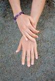женские руки над морем Стоковое Изображение RF