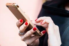 Женские руки отправляя СМС на smartphone стоковое изображение rf