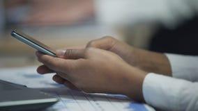 Женские руки перечисляя страницы на smartphone, современные технологии, устройства сток-видео