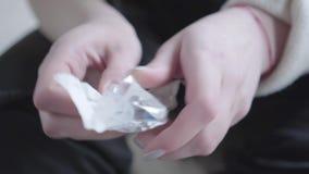 Женские руки принимая шприц от упаковывая подготовки сделать конец впрыски вверх Наркомания к лекарствам o акции видеоматериалы