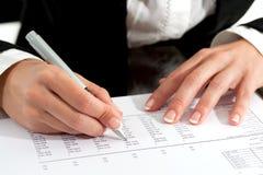 Женские руки при пер рассматривая документ. Стоковая Фотография RF
