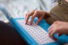 Женские руки работая на клавиатуре компьтер-книжки Стоковые Изображения RF