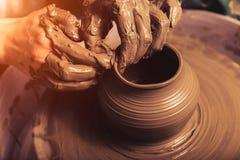 Женские руки работая на колесе гончарни стоковая фотография