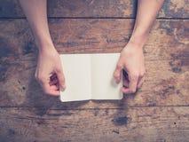 Женские руки раскрывая малый блокнот Стоковое Фото