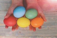 Женские руки ребёнка держа красочные яичка Стоковое Изображение RF