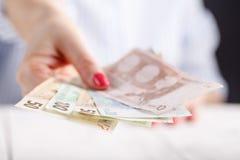 Женские руки с банкнотами дают деньги Стоковое Изображение RF