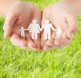 Женские руки с бумажной семьей человека Стоковые Фото