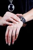 Женские руки с вахтой Стоковые Изображения