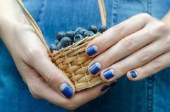 Женские руки с голубым дизайном ногтя Стоковые Изображения RF