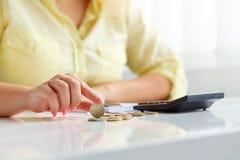 Женские руки с евро монеток Стоковое Фото