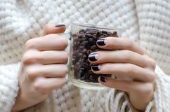Женские руки с дизайном ногтя темного коричневого цвета Стоковые Фотографии RF