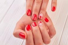 Женские руки с красивым конструированным маникюром стоковое фото rf