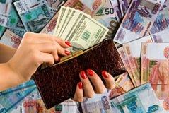 Женские руки с красивым маникюром держат портмоне и деньги стоковые изображения rf