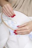 Женские руки с красным manicure Стоковое Изображение RF