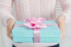 Женские руки с подарочной коробкой Стоковое фото RF