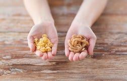Женские руки с различными изменениями макаронных изделий Стоковое Изображение