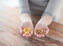 Женские руки с различными изменениями макаронных изделий Стоковое Фото